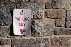 Żadny parking metalu Będący ubranym znak z Kamiennym tłem O Każdej Porze obrazy royalty free