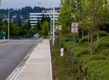 Żadny parking pożarniczy pas ruchu podpisuje obok hydranta zdjęcie royalty free