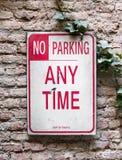 Żadny parking znak na ściana z cegieł zdjęcie royalty free