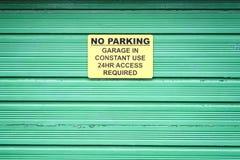Żadny parking znak na zielonym rolkowym żaluzji drzwi zdjęcia royalty free