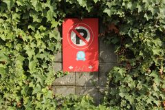 Żadny parking znak Otaczający Greenery zdjęcie stock