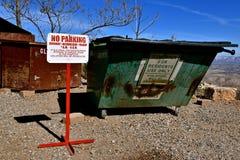 ŻADNY parking znak przed śmietnikiem zdjęcie stock