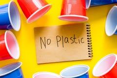 Żadny plastikowa kopia Eco zakaz sądowy na i pojęcie używamy plastikowy flatware na żółtego tła odgórnym widoku obraz royalty free