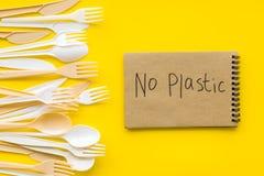Żadny plastikowa kopia Eco zakaz sądowy na i pojęcie używamy plastikowy flatware na żółtego tła odgórnym widoku obrazy stock