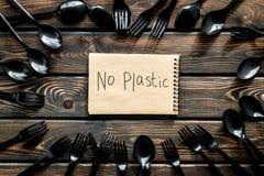 Żadny plastikowa kopia Eco zakaz sądowy na i pojęcie używamy plastikowy flatware na żółtego tła odgórnym widoku fotografia stock