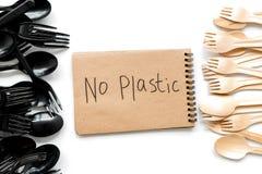 Żadny plastikowa kopia Eco zakaz sądowy na i pojęcie używamy plastikowy flatware na białego tła odgórnym widoku zdjęcie royalty free