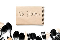 Żadny plastikowa kopia Eco zakaz sądowy na i pojęcie używamy plastikowy flatware na białego tła odgórnym widoku zdjęcia royalty free