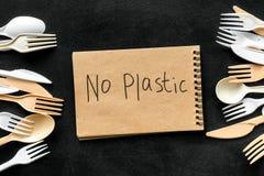 Żadny plastikowa kopia Eco zakaz sądowy na i pojęcie używamy plastikowy flatware na czarnego tła odgórnym widoku fotografia royalty free