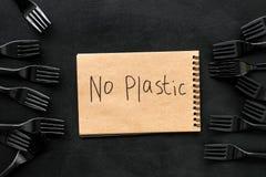 Żadny plastikowa kopia Eco zakaz sądowy na i pojęcie używamy plastikowy flatware na czarnego tła odgórnym widoku zdjęcia royalty free