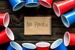 Żadny plastikowa kopia Eco zakaz sądowy na i pojęcie używamy plastikowy flatware na drewnianego tła odgórnym widoku zdjęcia stock