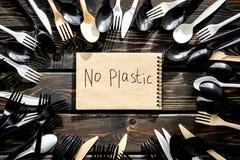 Żadny plastikowa kopia Eco zakaz sądowy na i pojęcie używamy plastikowy flatware na drewnianego tła odgórnym widoku fotografia royalty free