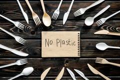 Żadny plastikowa kopia Eco zakaz sądowy na i pojęcie używamy plastikowy flatware na drewnianego tła odgórnym widoku zdjęcie royalty free