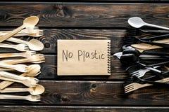 Żadny plastikowa kopia Eco zakaz sądowy na i pojęcie używamy plastikowy flatware na drewnianego tła odgórnym widoku zdjęcia royalty free