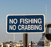 Żadny połów i Żadny crabbing podpisujemy wewnątrz marina zdjęcia stock