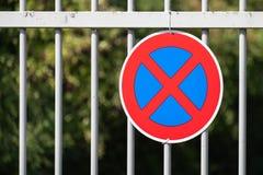 Żadny powstrzymywanie Drogowy znak na ogrodzeniu obraz royalty free