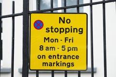 Żadny powstrzymywanie Poniedziałek Piątek na wejście szkoły ocechowaniach obrazy stock
