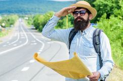 Żadny przewiezeni Podróżnik patrzeje dla hitchhiking transport samotnie przy krawędzią droga z mapą Porady dostawać na drodze mus zdjęcia stock