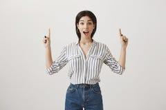Żadny sposób, no mogę wierzyć w mój szczęściu Portret zadziwiająca i excited piękna kobieta krzyczy od w pasiastej bluzce Zdjęcie Royalty Free