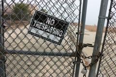 Żadny Trespassing znak na łańcuszkowego połączenia ogrodzeniu Zdjęcie Stock