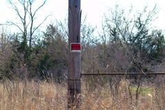 Żadny trespassing znak wzdłuż chodzącego śladu fotografia stock