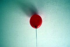 Żadny wyjście czerwieni balon na izbowym suficie Zdjęcia Stock