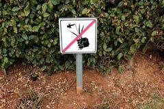 Żadny zrywanie kwiatów znak przed żywopłotem Zdjęcia Royalty Free