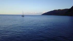 Żagiel łódź przy Makua plażą na wyspie Oahu w Hawaje trutniu prosto zestrzela nad rafą zdjęcie wideo