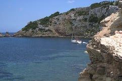 Żagiel łódź wzdłuż wybrzeża Fotografia Royalty Free