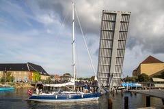 Żaglówek przepustki otwierają drawbridge w Kopenhaga, Dani obraz stock