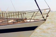 Żaglówka łęk brać przeciw morze fala Zdjęcia Stock