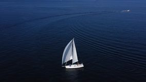 Żaglówka żegluje w morzu śródziemnomorskim zbiory