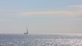 Żaglówka na horyzoncie w morzu zdjęcie wideo