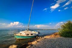 Żaglówka na plaży Peschiera Del Garda, Włochy fotografia royalty free