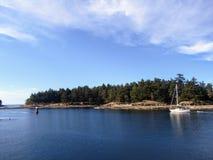 Żaglówka ostrożnie żegluje przejście z rafami w zatok wyspach, kolumbia brytyjska, Kanada zdjęcia royalty free
