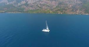 Żaglówka pływa statkiem przy Gokova zatoki Turcja anteną zbiory