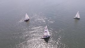 Żaglówka w morzu blisko portu footage W morzu biały żaglówka zbiory