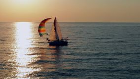 Żaglówka w morzu w wieczór świetle słonecznym, luksusowa lato przygoda, aktywnego wakacje zdjęcie wideo