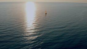 Żaglówka w morzu w wieczór świetle słonecznym, luksusowa lato przygoda, aktywnego wakacje zbiory wideo