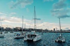 żaglówki czeka przy zakotwienie dla atlantyckiego oceanu skrzyżowania ścigają się regatta łuk 2018 obrazy royalty free
