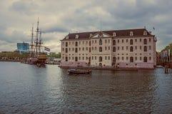 Żaglówki replika dokował obok Krajowego Morskiego muzeum w chmurnym dniu przy Amsterdam zdjęcia stock