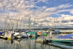 Żaglówki schronienie na Jeziornym Constance w tle, ty możesz widzieć Jeziornego Constance prom obraz royalty free