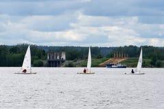 Żaglówki unosi się na wodzie pod burzy chmury Turniejowym sportem żeglowanie pogody sztormowej lato podróżują zdjęcie stock