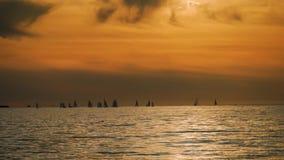 Żaglówki z białymi żaglami przy zmierzchem Piękny widok żeglowanie jachty w morzu przy zmierzchem zdjęcie wideo