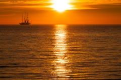 żagla denny statku sylwetki słońce Obrazy Stock