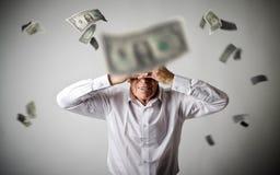 żal Stary człowiek w bielu i spada dolarach Recesi pojęcie fotografia royalty free