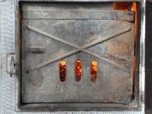 Żaluzja Stara Dachówkowa kuchenka - ogień Inside zdjęcia stock