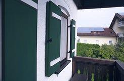Żaluzje stary dom w Bavaria początek 20 wieku wiek, cechy architektoniczni budynki zdjęcia stock