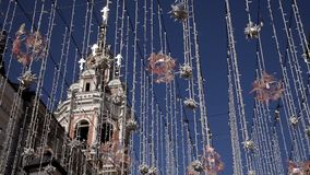 Żarówka, dekoracyjny plenerowy obwieszenie na ulicie w mieście Elektryczni światła na ulicie, uliczny świąteczny oświetlenie zbiory wideo