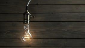 Żarówka iluminuje na drewnianym tle zdjęcie wideo