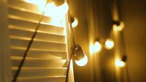 Żarówki girlandy zakończenie up Elektryczny żarówka połysku obwieszenie na ścianie jako dekoracja zbiory wideo